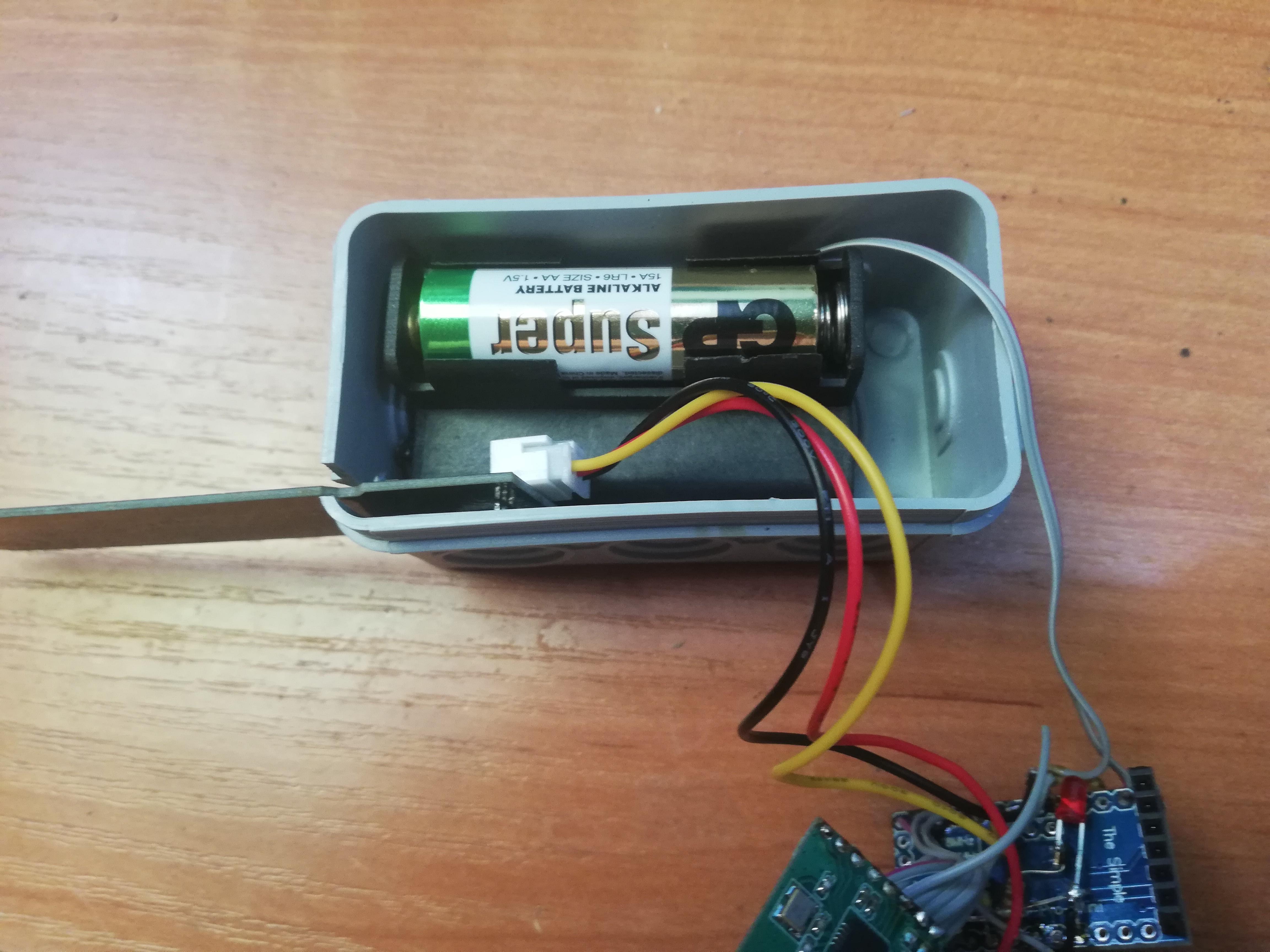 HB-UNI-Sen-CAP-MOIST-T - układanie koszyka z bateriami i czujnika wilgotności.